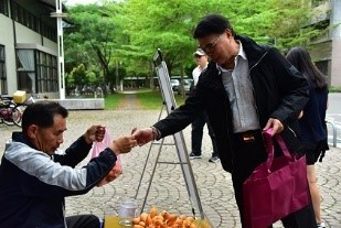 Program 8: Reduce the plastic bags usage at the Farmers' Market (every Tuesday 11:00-14:00) at NTTU. Encourage students bring reusable bags to buy fruits. The total price will be 0.1 USD off if the buyer doesn't need a plastic bag. .(Taitung University)